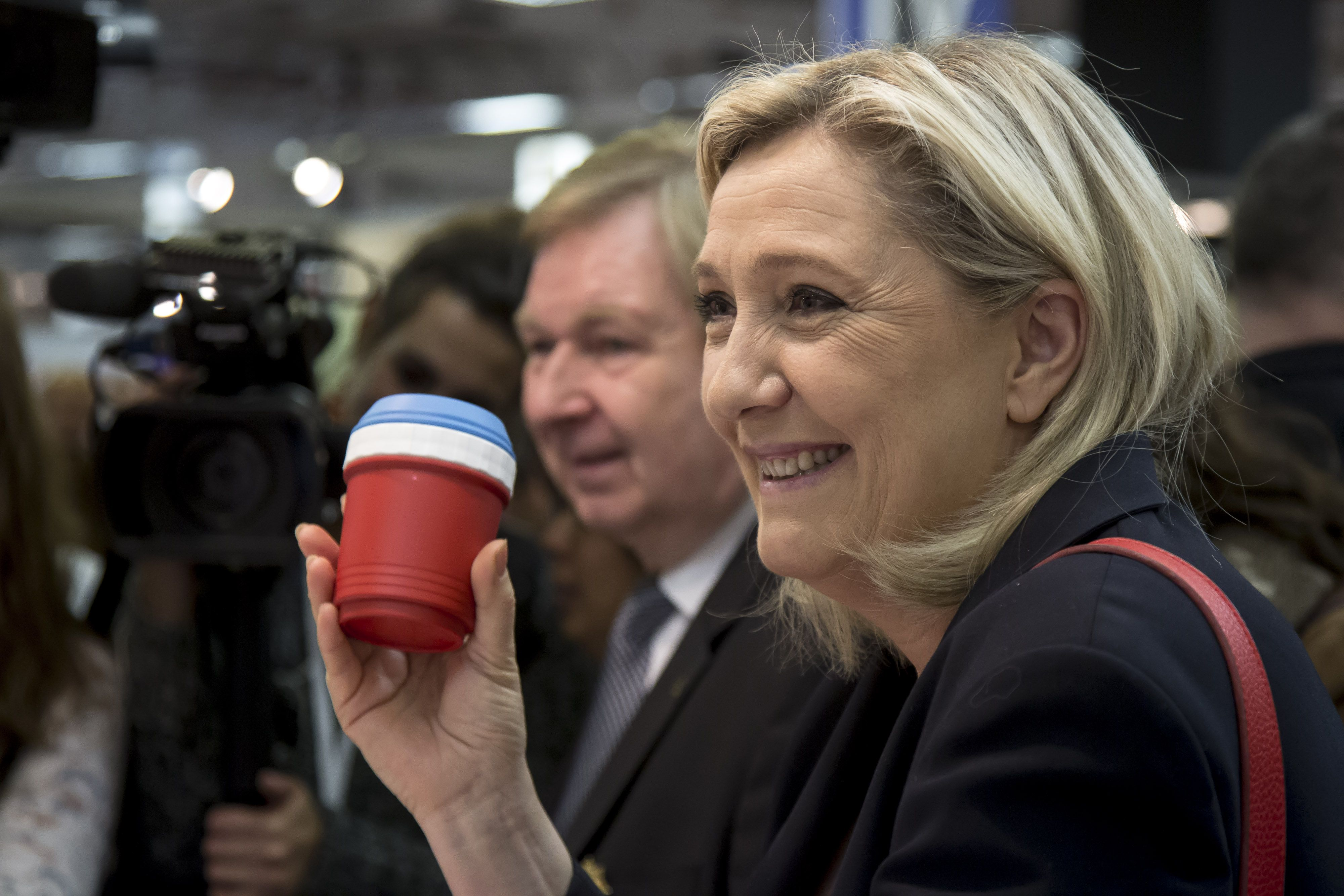 Le Pen steps down from Front leadership to focus on presidential bid