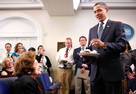 WASHINGTON - AUGUST 04:  U.S. President Barack Obama (R) brings surprise birthday cupcakes to celebrate the birthday of White House veteran correspondent Helen Thomas (L) in the White House briefing room August 4, 2009 in Washington, DC. August 4 is also the birthday of President Obama.  (Photo by Alex Wong/Getty Images)
